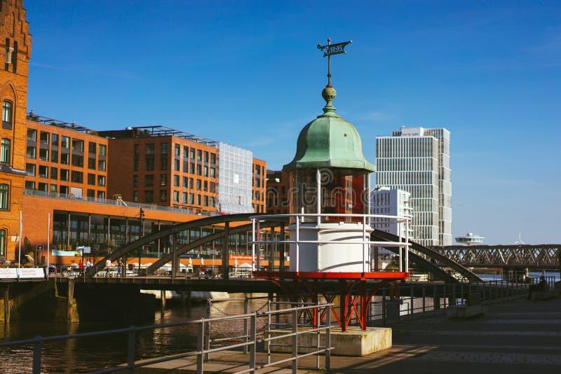 Hamburg Niemcy, Maj, - 17, 2018: Stara bakan latarnia morska i czerwień ceglany dom w tle Hafencity, Speicherstadt, - obrazy stock