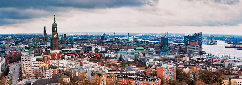 HAMBURG NIEMCY, MARZEC, - 27, 2016: Sceniczny panorama widok od tana G?ruje nad Hamburg z Michel, Speicherstadt fotografia royalty free