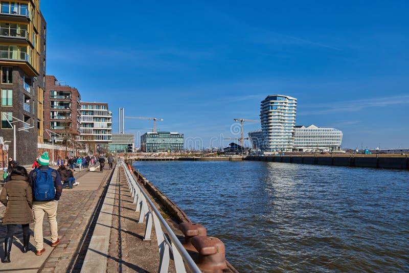 HAMBURG NIEMCY, MARZEC, - 26, 2016: Turyści i goście spacerują wzdłuż Elbe quai nowy schronienia miasto Hamburg zdjęcie royalty free