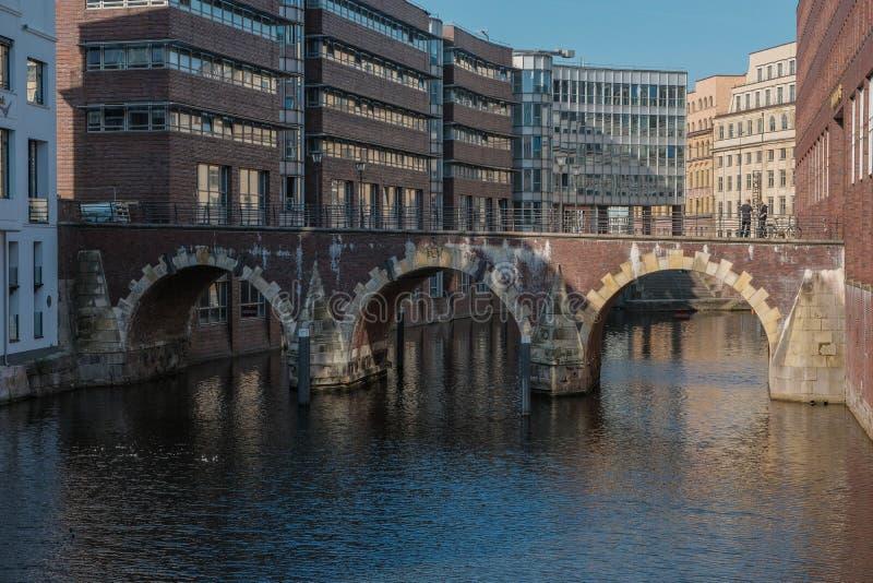 Hamburg, Niemcy, turyści na Starym Bridżowym Ellerntorsbrucke zdjęcia royalty free