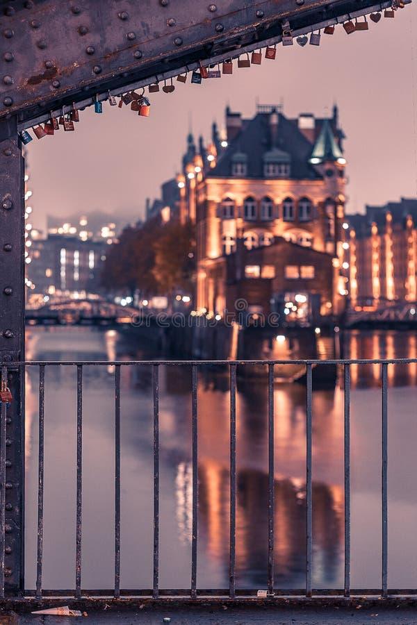 Hamburg Speicherstadt podczas gdy wieczór z iluminującym balkonem obraz royalty free