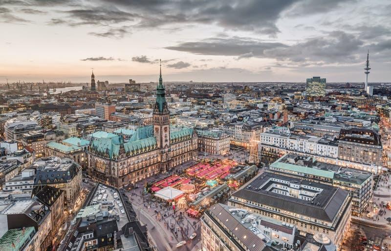 Hamburg stadshus med julmarknaden arkivfoto