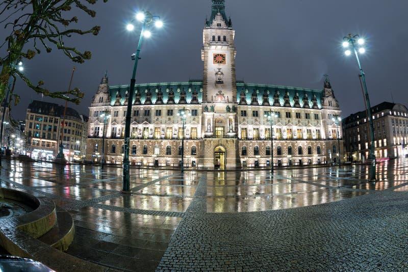 Hamburg stadshus på natten arkivbilder
