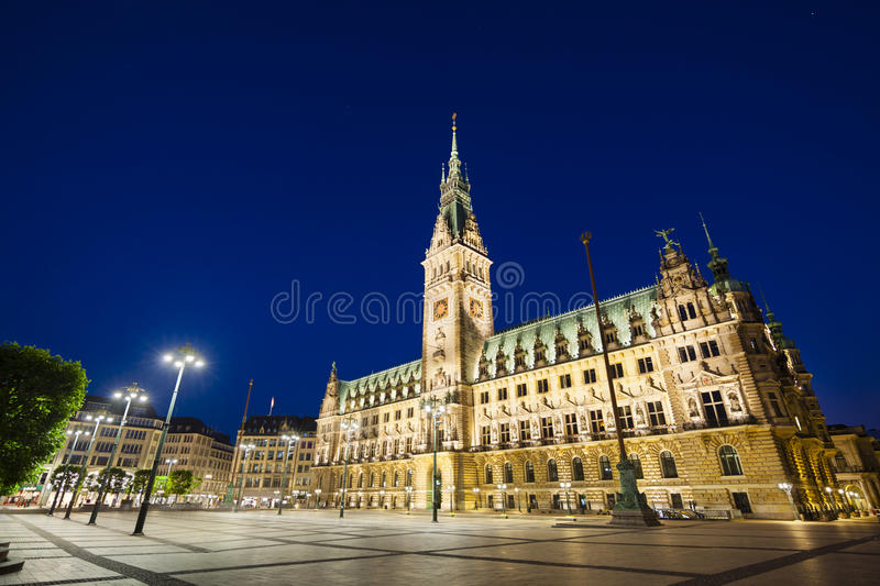 Hamburg-Stadt Hall At Night stockbilder