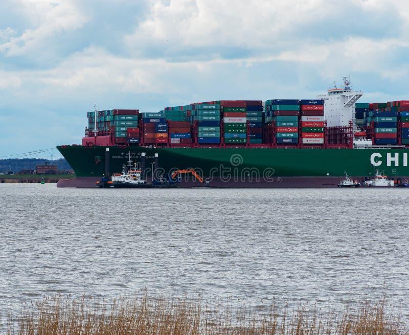 """Hamburg Tyskland†""""Februari 06: Kina för behållareskeppet sändnings kör agroundon Februari 06, 2016 i Elben nära Hamburg royaltyfri fotografi"""