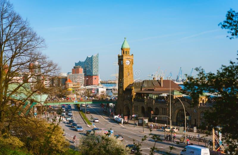 HAMBURG TYSKLAND - April 18, 2018: Landningställe för St Pauli Landungsbrucken i port av Hamburg mellan den lägre hamnen arkivfoton