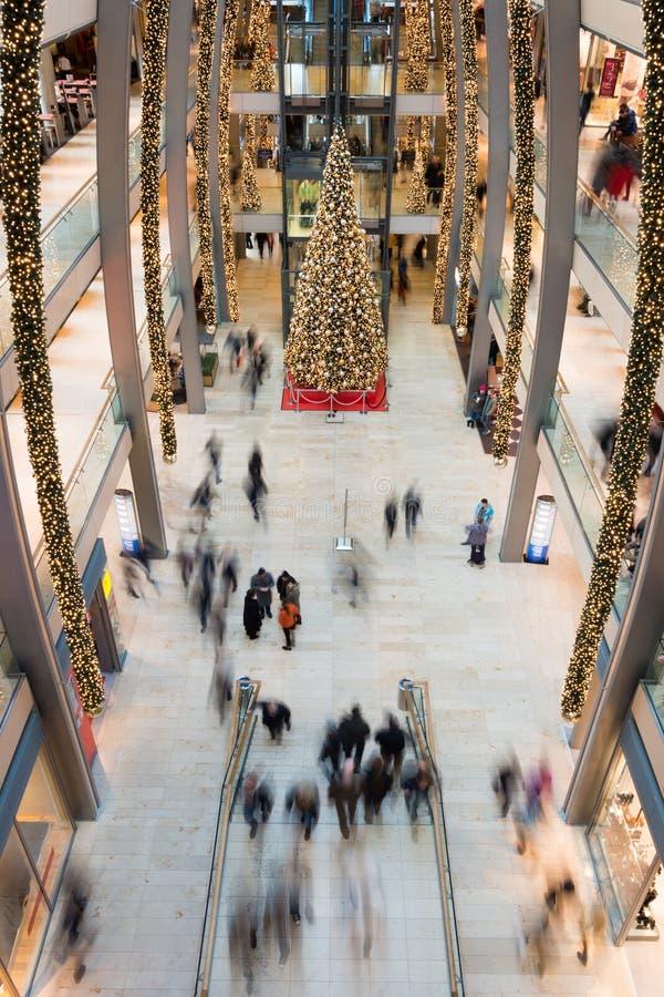 HAMBURG - TYSKLAND - December 30, 2014 - julgranen i fullsatt shoppar av europassage arkivfoto