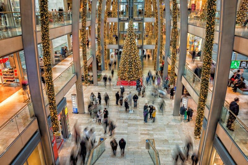 HAMBURG - TYSKLAND - December 30, 2014 - julgranen i fullsatt shoppar av europassage arkivbilder