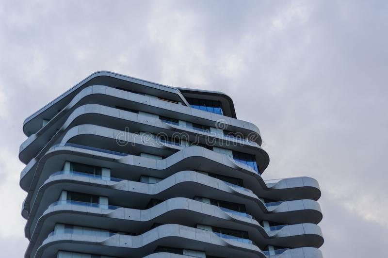 Hamburg Tyskland - Februari 02, 2014: Övredel av Marco Polo Tower på dagsljus arkivfoto