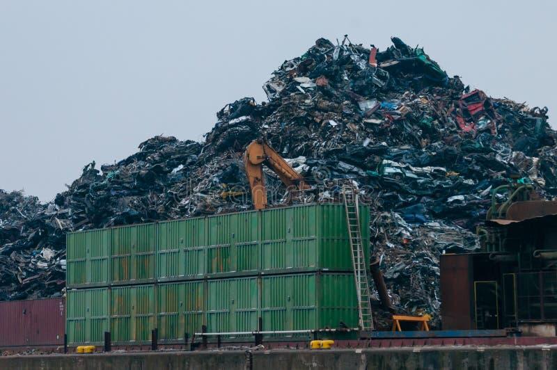 Hamburg Tyskland - Februari 23, 2014: Sikt på terminalen för last i stora partier av europeisk metallåtervinning i Rosshaven fotografering för bildbyråer
