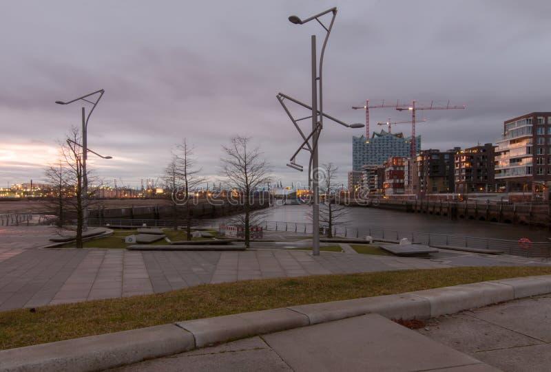 Hamburg Tyskland - Januari 24, 2014: Sikten från Marco Polo terrasserar på Grasbrookhafen och konstruktionsplatsen av Elbphilharm royaltyfria bilder