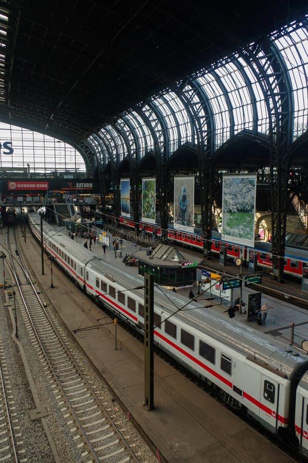 HAMBURG TYSKLAND - JULI 18, 2015: Hauptbahnhof är den huvudsakliga järnvägsstationen i staden, det mest upptagen i landet och and fotografering för bildbyråer