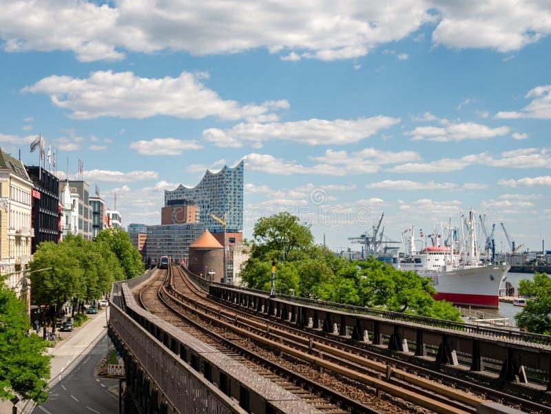 Hamburg Tyskland - Juli 02, 2018: Sikt från rörstationen Landungsbruecken på den Hamburg hamnen och Elbphilharmonie royaltyfri foto