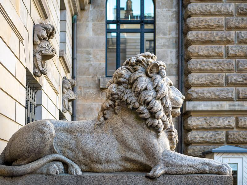 Hamburg Tyskland - Juli 03, 2018: Sikt på lejonskulptur på ingången till borggården på Townhall Hamburg arkivbild