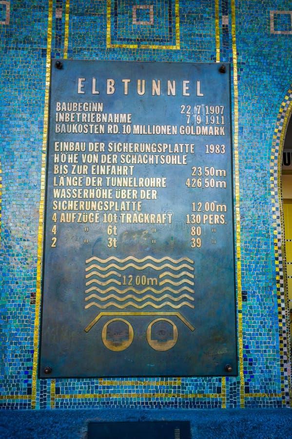 HAMBURG TYSKLAND - JUNI 08, 2015: Signalen av Elbtunnel på Hamburg, gångaren och bilen gräver som går under vatten arkivfoton