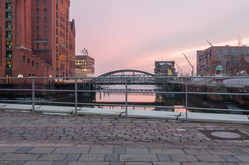 Hamburg Tyskland - mars 04, 2014: Sikt från denSalaam plazaen på den internationella maritima museum- och Busan bron i Hafencity royaltyfri bild