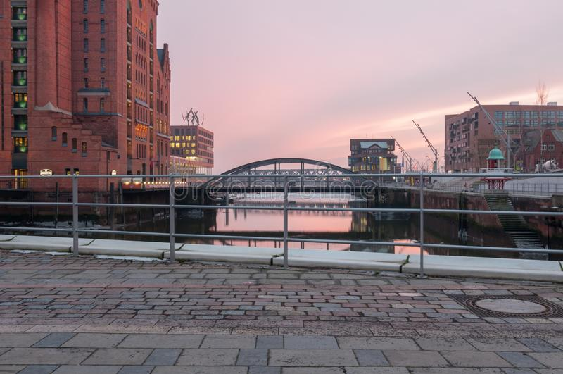 Hamburg Tyskland - mars 04, 2014: Sikt från denSalaam plazaen på den internationella maritima museum- och Busan bron i Hafencity royaltyfri foto