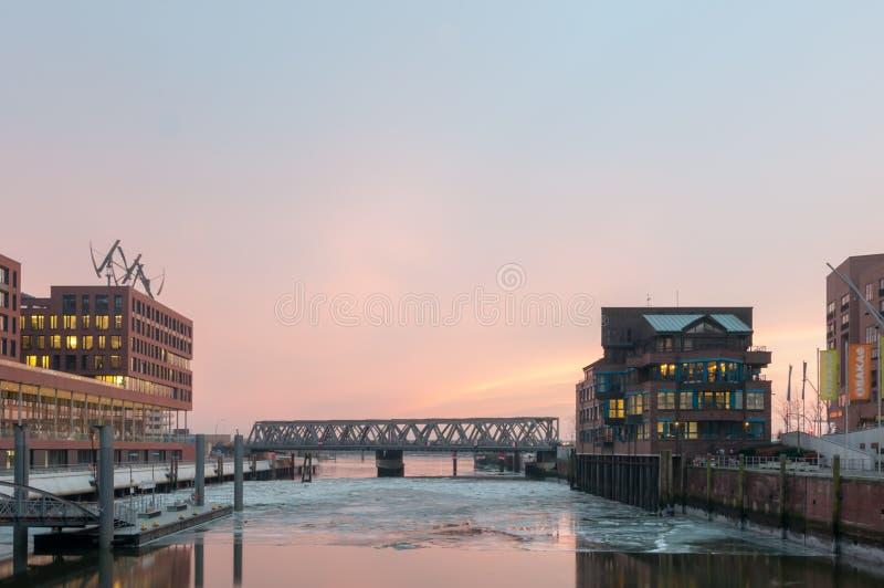 Hamburg Tyskland - mars 04, 2014: Sikt från denSalaam plazaen på den internationella maritima museum- och Busan bron i Hafencity arkivfoto