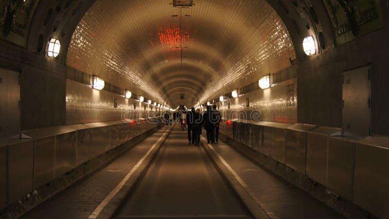 HAMBURG TYSKLAND - MARS 8th, 2014: Den gamla Elbe tunnelSten Pauli Elbe Tunnel med folk som går, område Steinwerder royaltyfri bild