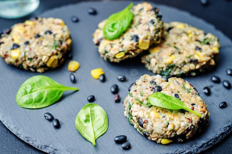 Hamburgare för havre för spenat för svart böna för Quinoa arkivfoto
