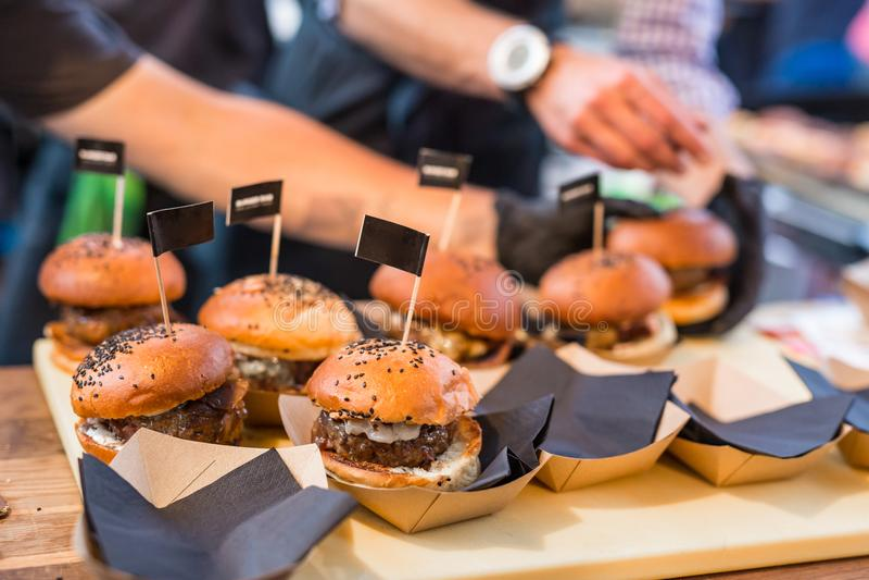 Hamburgare för kockdanandenötkött som är utomhus- på för matfestival för öppet kök internationell händelse arkivbild