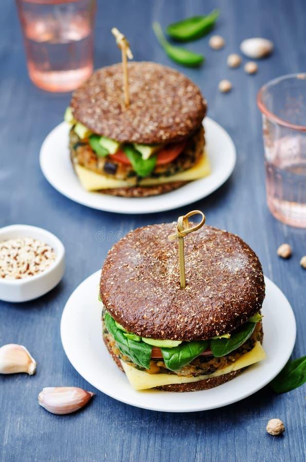 Hamburgare för råg för kikärtar för spenat för strikt vegetarianquinoaaubergine arkivfoto