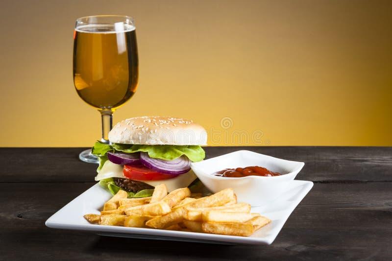 Hamburgare och chiper och öl royaltyfri bild