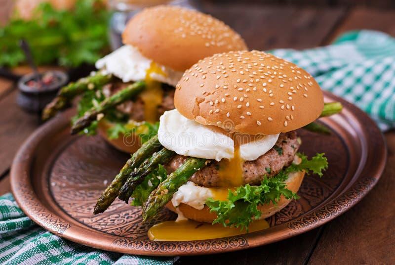 Hamburgare (smörgås) med den fega hamburgaren arkivbilder