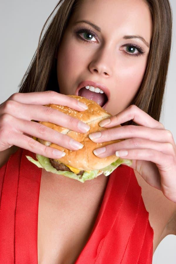 hamburgare som äter flickan royaltyfri foto