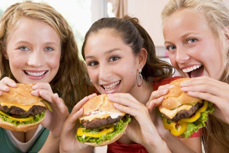 hamburgare som äter tonåringar royaltyfri bild