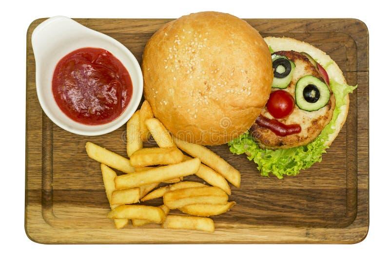 Hamburgaren, hamburgaren eller ostburgaren tjänade som med franska småfiskar och ketchup på träbräde Hamburgare som göras i form  arkivfoto
