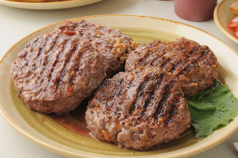 Hamburgerów gęści i soczyści paszteciki zdjęcia stock