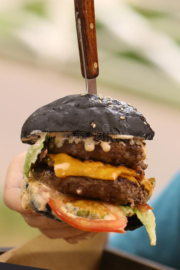 Hamburger énorme d'hamburger avec la tomate de boeuf de fromage image libre de droits
