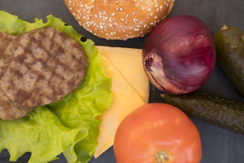 Download Hamburger foto de stock. Imagem de pepinos, fundo, fritado - 107528478