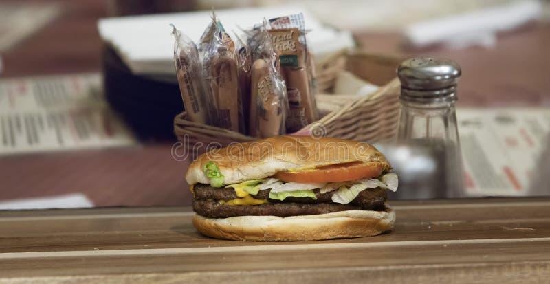 Hamburger allein auf Schneidbrett stockfotografie