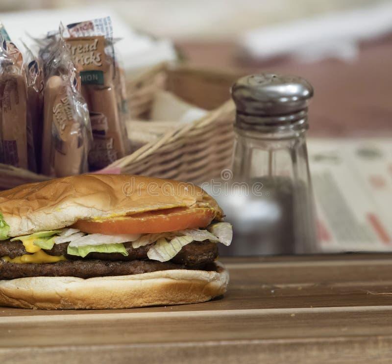 Hamburger allein auf Schneidbrett lizenzfreie stockfotografie