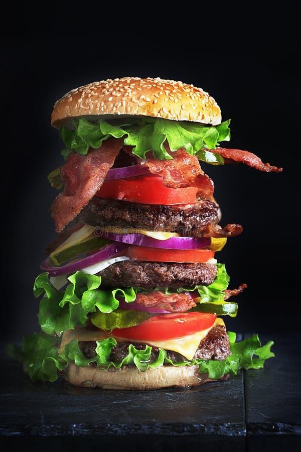 Hamburger alto con formaggio e bacon fotografia stock