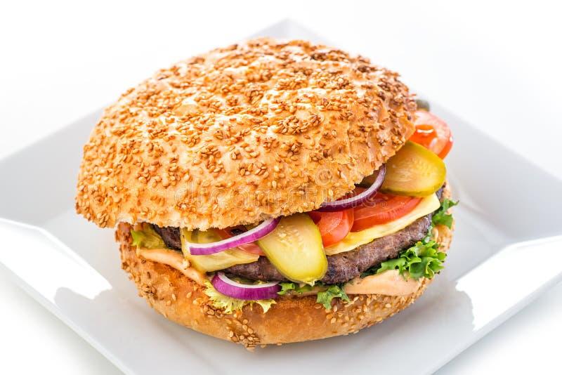 Hamburger américain original délicieux avec du boeuf et les légumes grillés du plat, du casse-croûte ou du déjeuner blanc, photog photographie stock