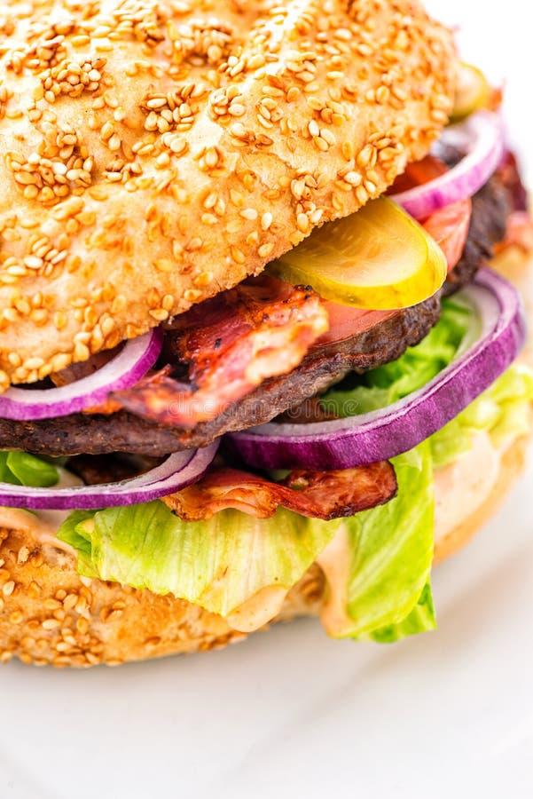 Hamburger américain original délicieux avec du boeuf et les légumes grillés du plat, du casse-croûte ou du déjeuner blanc, photog image libre de droits