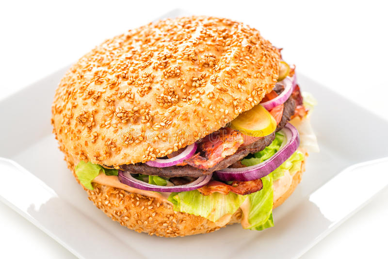 Hamburger américain original délicieux avec du boeuf et les légumes grillés du plat, du casse-croûte ou du déjeuner blanc, photog photographie stock libre de droits