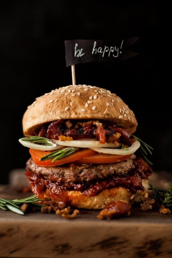 Hamburger americano classico del manzo Concetto non sano dell'alimento immagini stock libere da diritti