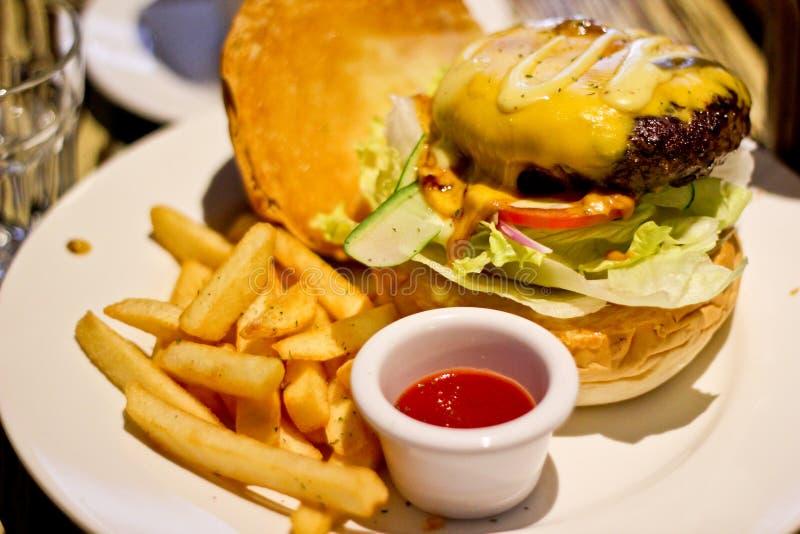 Hamburger americano tradizionale, di recente patate fritte immagini stock libere da diritti