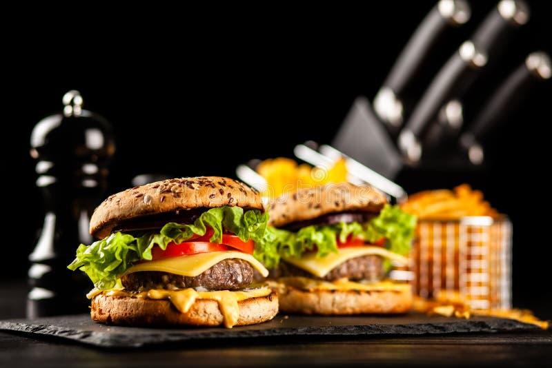 Hamburger arrostiti deliziosi fotografie stock libere da diritti