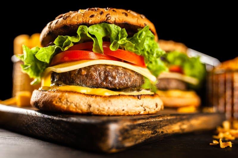 Hamburger arrostiti deliziosi immagini stock libere da diritti