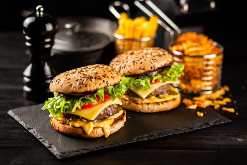Hamburger arrostiti deliziosi immagini stock