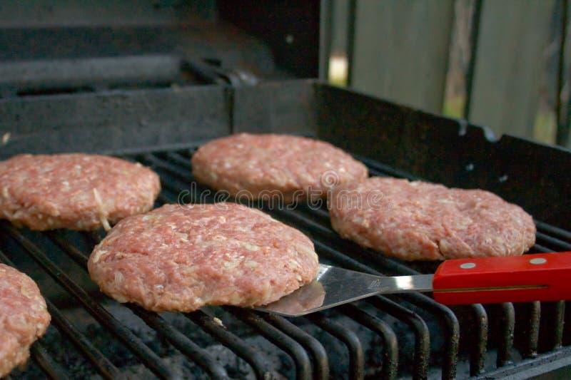 Hamburger auf einem Grill lizenzfreie stockfotos