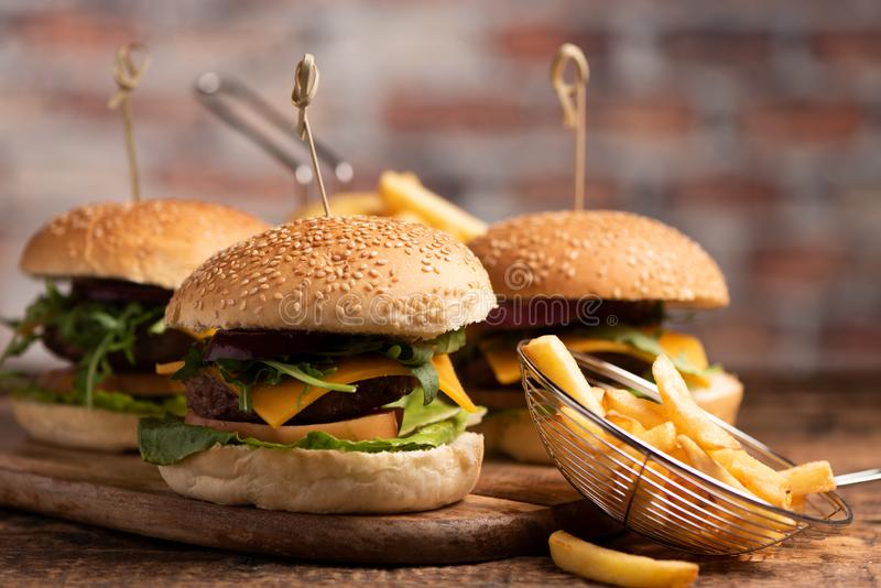 Hamburger avec de la laitue, fromage de cheddar, oignons, tomate photos libres de droits