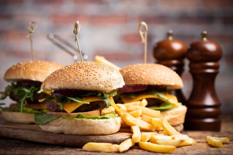 Hamburger avec de la laitue, fromage de cheddar, oignons, tomate photographie stock libre de droits
