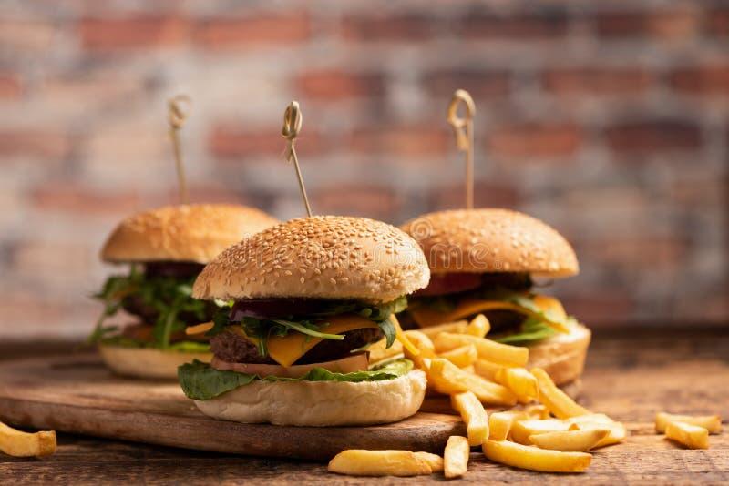 Hamburger avec de la laitue, fromage de cheddar, oignons, tomate images libres de droits