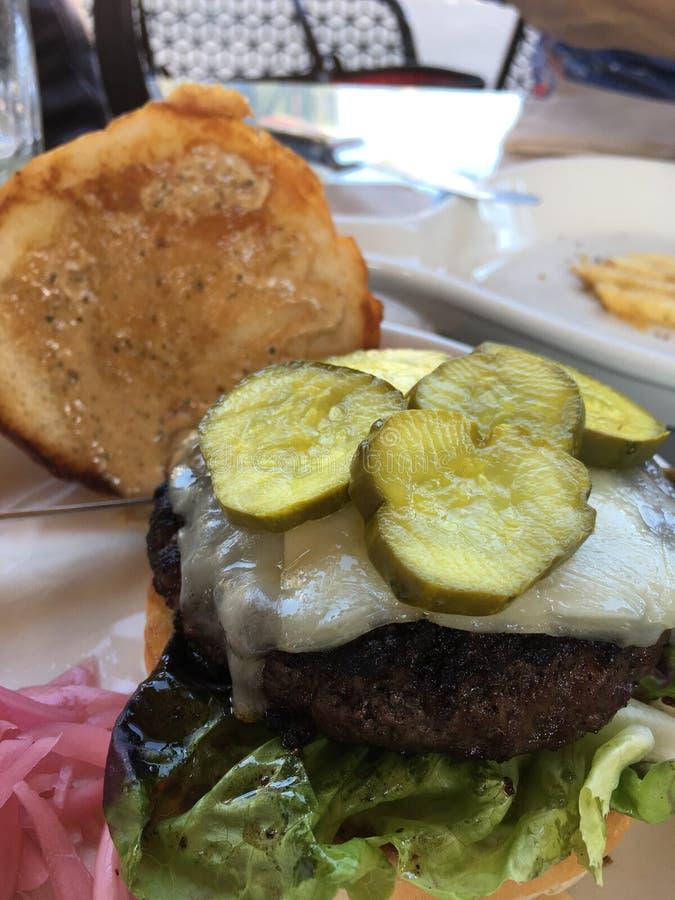 Hamburger avec des pickles à l'aneth images libres de droits